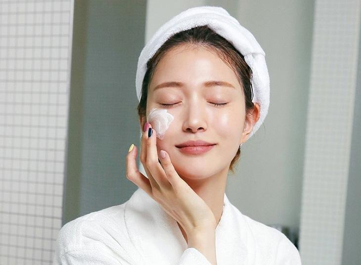 Dùng nước hoa hồng đúng cách trong chu trình chăm sóc da | Phụ Nữ & Gia Đình