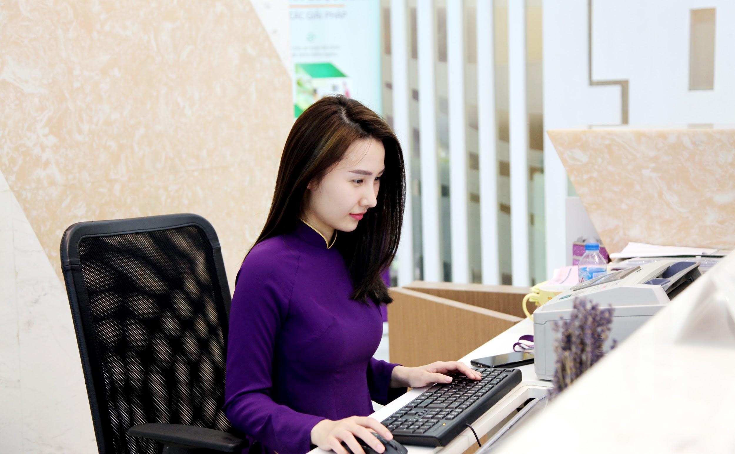Nhân viên ngân hàng: Lương 8 triệu, ngày làm 11 tiếng | IUHers